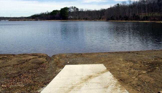 干旱关闭湖泊 导致北卡罗来纳州城市家庭和企业的自来水混浊